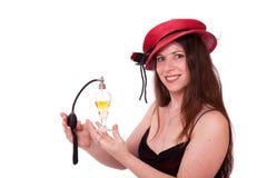 Mujer con la botella de perfume antigua imagenes de archivo
