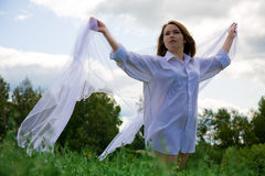 Mujer con la bufanda que agita fotografía de archivo libre de regalías
