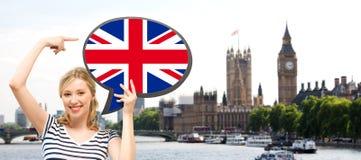 Mujer con la burbuja del texto de la bandera británica en Londres Imagen de archivo