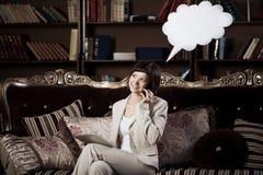 Mujer con la burbuja que habla en blanco imagenes de archivo