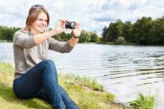 Mujer con la cámara compacta Imagen de archivo libre de regalías