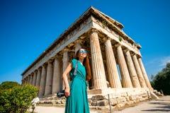 Mujer con la cámara de la foto cerca del templo de Hephaistos en ágora Imagen de archivo