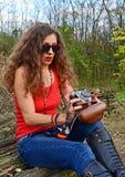 Mujer con la cámara de la película Fotos de archivo