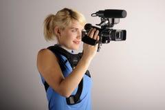 Mujer con la cámara de vídeo Imagen de archivo libre de regalías
