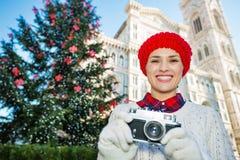 Mujer con la cámara que coloca el Duomo cercano en la Navidad Florencia Imagen de archivo libre de regalías