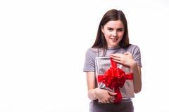 Mujer con la caja de regalo aislada en el fondo blanco Imagenes de archivo
