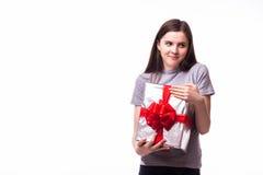 Mujer con la caja de regalo aislada en el fondo blanco Foto de archivo libre de regalías
