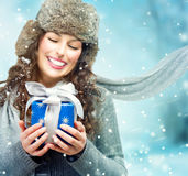 Mujer con la caja de regalo de la Navidad Fotografía de archivo
