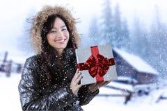 Mujer con la caja de regalo en día nevoso Fotos de archivo libres de regalías