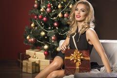 mujer con la caja del regalo de Navidad imagenes de archivo