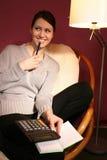 Mujer con la calculadora Imágenes de archivo libres de regalías
