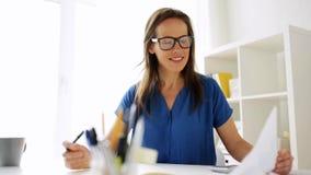 Mujer con la calculadora y el cuaderno en la oficina almacen de metraje de vídeo