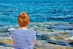 Mujer con la camiseta del pelo corto y del marinero Fotos de archivo libres de regalías