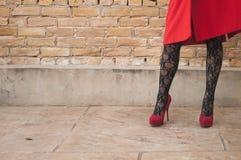 Mujer con la capa roja Fotografía de archivo libre de regalías