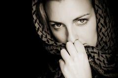 Mujer con la cara cubierta foto de archivo libre de regalías