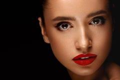 Mujer con la cara de la belleza y el maquillaje hermoso Concepto de los cosméticos fotografía de archivo libre de regalías