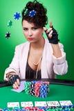 Mujer con la cara de póker que hace una apuesta Imagenes de archivo