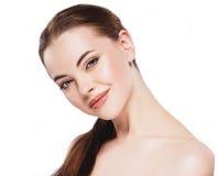 Mujer con la cara hermosa, la piel sana y su pelo en un cierre del hombro encima del estudio del retrato en blanco Imagenes de archivo
