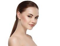 Mujer con la cara hermosa, la piel sana y su pelo en un cierre trasero encima del estudio del retrato en blanco fotos de archivo
