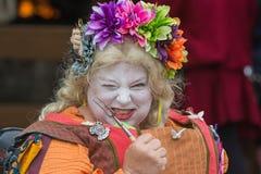 Mujer con la cara pintada y el traje medieval Fotos de archivo