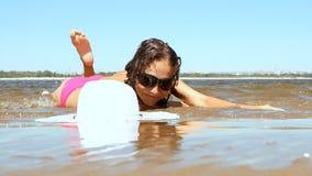 Mujer con la carrocería hermosa en una playa tropical metrajes