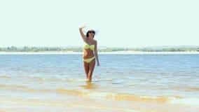 Mujer con la carrocería hermosa en una playa tropical almacen de video