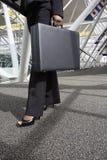 Mujer con la cartera Fotos de archivo libres de regalías