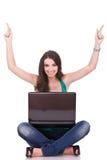 Mujer con la celebración de la computadora portátil Imagenes de archivo