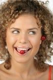 Mujer con la cereza en boca Foto de archivo libre de regalías