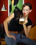 Mujer con la cerveza Foto de archivo libre de regalías