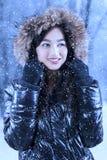 Mujer con la chaqueta de la piel bajo nevadas Fotografía de archivo