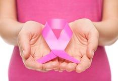 Mujer con la cinta de la conciencia del cáncer de pecho Foto de archivo libre de regalías