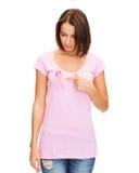 Mujer con la cinta rosada de la conciencia del cáncer de pecho Foto de archivo libre de regalías