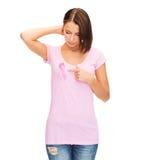 Mujer con la cinta rosada de la conciencia del cáncer de pecho Imagen de archivo libre de regalías