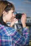 Mujer con la cámara negra Imagenes de archivo