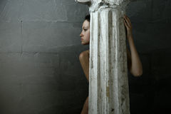 Mujer con la columna Imagenes de archivo