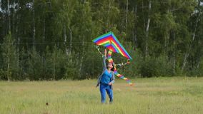 Mujer con la cometa del arco iris al aire libre almacen de video