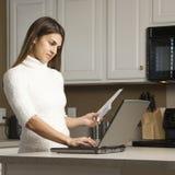 Mujer con la computadora portátil. imagenes de archivo