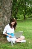 Mujer con la computadora portátil Fotografía de archivo