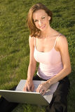 Mujer con la computadora portátil. Fotografía de archivo