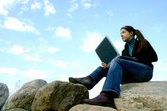 Mujer con la computadora portátil imagen de archivo