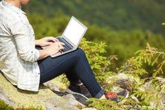 Mujer con la computadora portátil Fotos de archivo libres de regalías