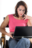 Mujer con la computadora portátil en directores Chair Fotos de archivo