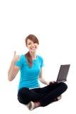 Mujer con la computadora portátil, pulgares para arriba. Aislado Imagen de archivo