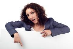 Mujer con la computadora portátil, pulgares para arriba. Aislado Imagen de archivo libre de regalías