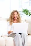 Mujer con la computadora portátil Foto de archivo