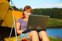Mujer con la computadora portátil al aire libre Imagenes de archivo