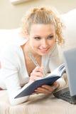 Mujer con la computadora portátil en el país Imagen de archivo libre de regalías