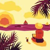 Mujer con la computadora portátil en la playa Imágenes de archivo libres de regalías