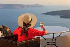 Mujer con la copa de vino en Santorini, Grecia Imágenes de archivo libres de regalías